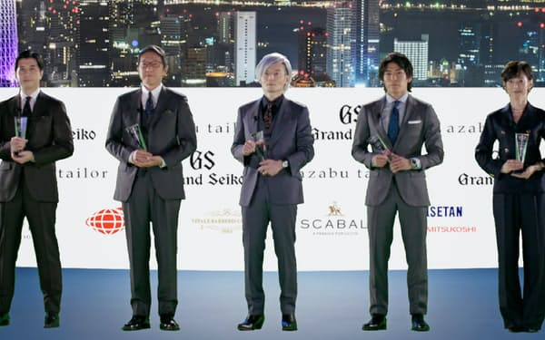 「スーツ・オブ・ザ・イヤー2020」バーチャル授賞式の様子。(左から)高島宏平さん、岩元美智彦さん、宮田裕章さん、楢崎智亜さん、鈴木保奈美さん