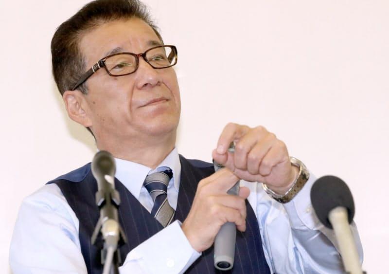 都構想住民投票の反対多数から一夜明け、記者の質問に答える松井大阪市長(2日午後、大阪市役所)