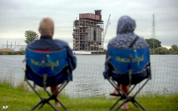 石炭火力発電の解体を見守るシニア(米ミシガン州)。老後の「生活の糧」とESGが重なり合う時代が来ている=AP