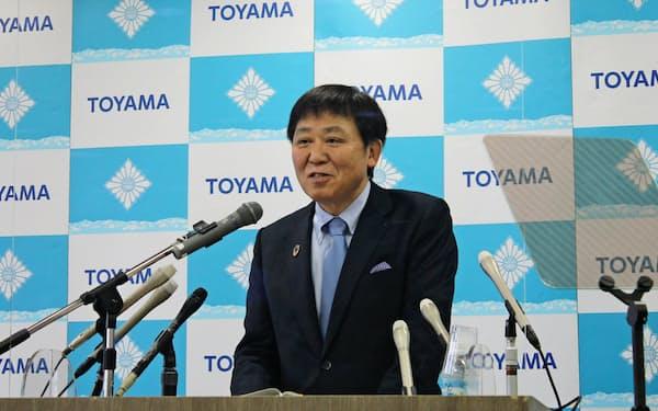 記者会見する富山市の森雅志市長(2日、富山市役所)