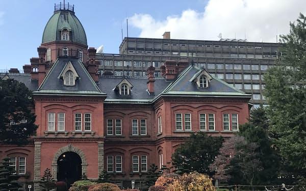 北海道の鈴木直道知事は札幌市との二重行政は限られていると述べていた(北海道の赤れんが庁舎と北海道庁)