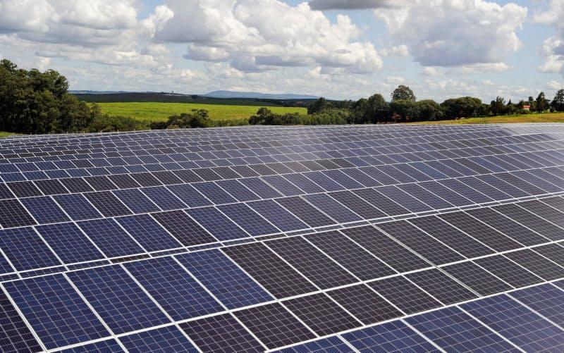 脱炭素には太陽光など再生可能エネルギーの比率を高めるとともに、新たな技術開発が不可欠だ=ロイター