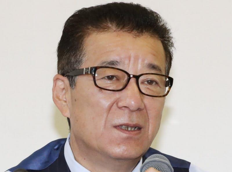 住民投票から一夜明け、記者の質問に答える松井大阪市長(2日、大阪市役所)