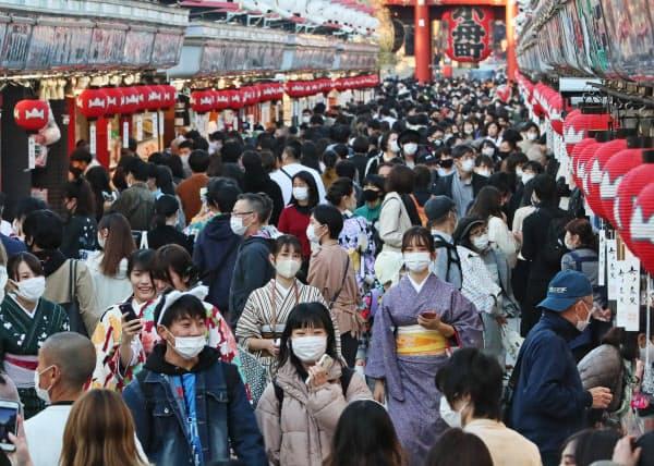 「GoToトラベル」事業で主要な観光地は旅行客が戻った(東京・浅草の仲見世通り・10月31日)