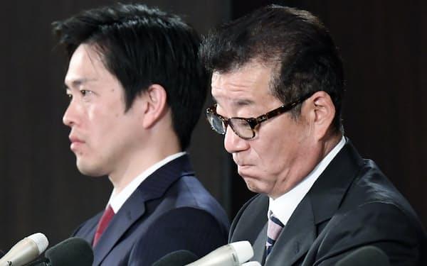 記者会見する大阪維新の会代表の松井大阪市長(右)と吉村大阪府知事(2日未明、大阪市北区)