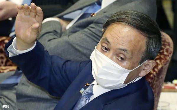 衆院予算委で答弁のため挙手する菅首相(2日)=共同