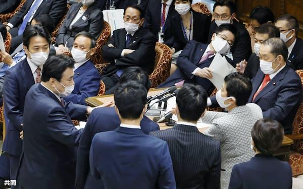 衆院予算委で日本学術会議に関する自身の答弁について協議する与野党の理事らを見る菅首相(2日)=共同