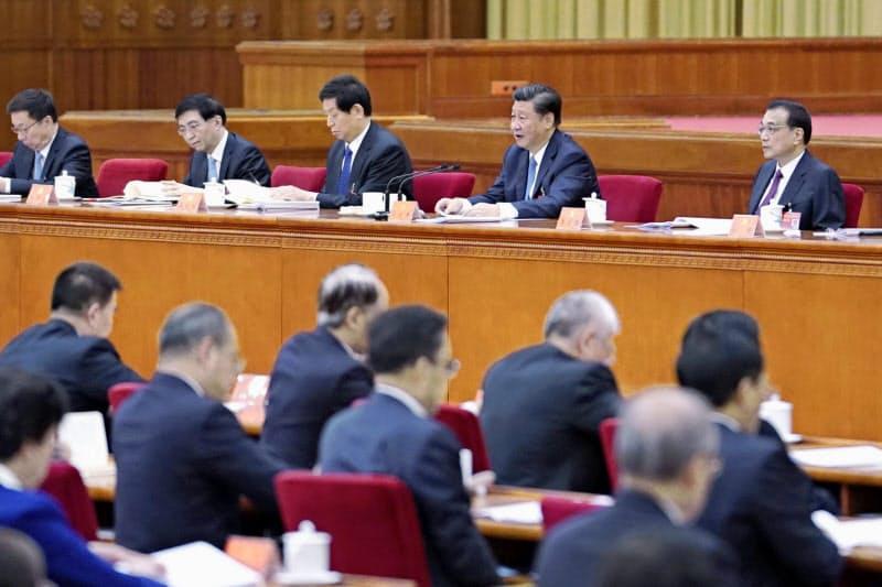 中国共産党の5中全会に臨む習近平総書記(右から2人目)ら=10月、北京(新華社=共同)