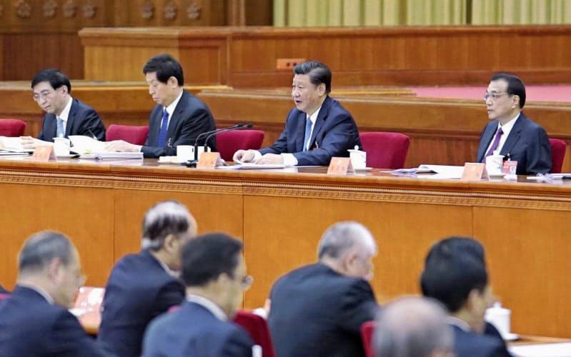 中国共産党の5中全会に臨む習近平総書記(右から2人目)ら(10月、北京)=新華社・共同