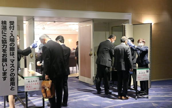 大戸屋HDの臨時株主総会に入る株主たち(東京・新宿)