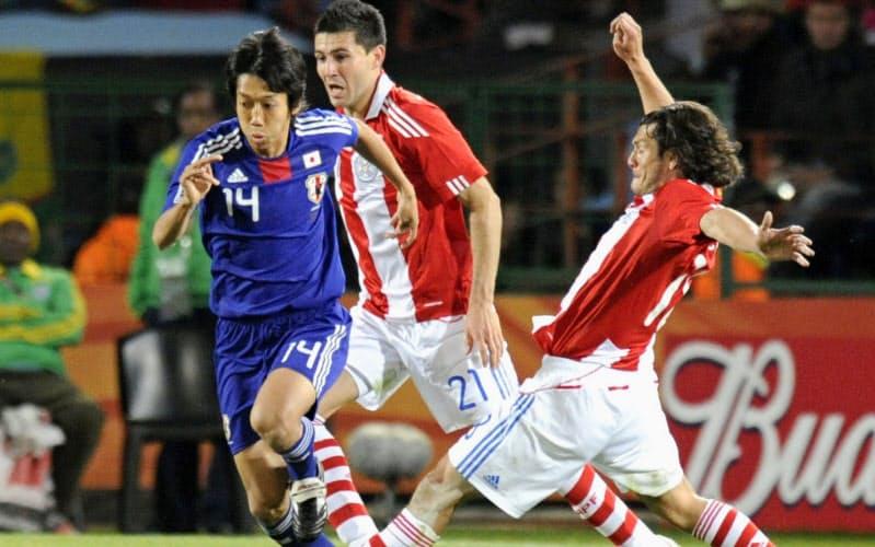2010年6月、サッカーW杯南アフリカ大会のパラグアイ戦で攻め込む中村憲剛(左)=共同