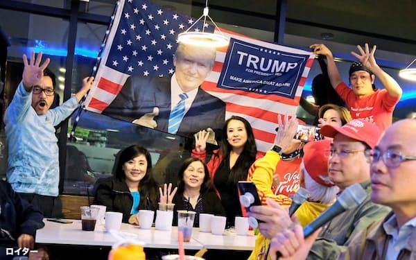 3日、南部テキサス州ヒューストンで開票速報を見るために集まった、トランプ米大統領支持のベトナム系米国人ら=ロイター
