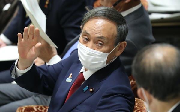 衆院予算委で委員長に発言の許可を求める菅首相(4日)