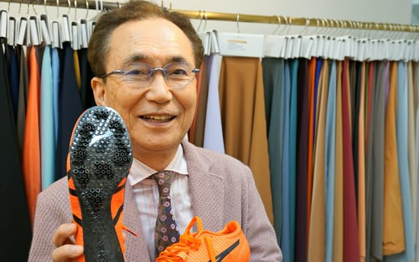 「スパイクなし」シューズの靴底にはサンコロナ小田の炭素繊維複合素材が使われている(小田外喜夫社長)