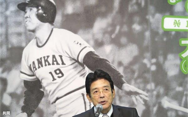 野村克也氏関連の展示について記者会見する江本孟紀氏(4日午後、大阪市浪速区)=共同