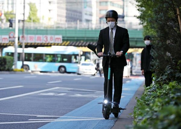 記者も自転車レーンで電動キックボードを試乗した(東京都千代田区)