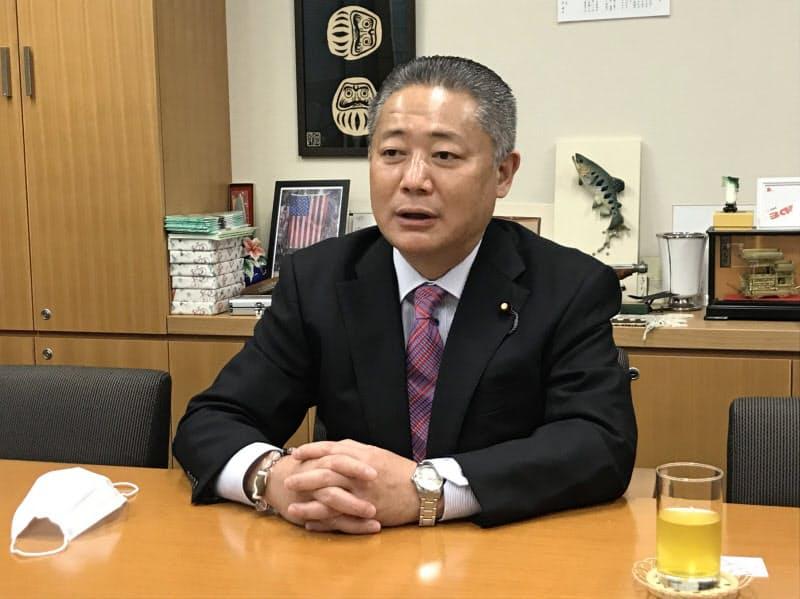 インタビューに答える維新の馬場幹事長(11月4日、国会内)