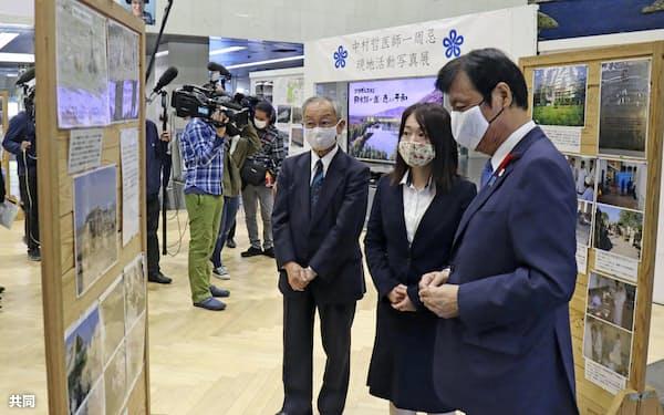 中村哲さんの活動を振り返る写真を見る(右から)福岡県の小川洋知事と長女秋子さんら(5日午前、福岡県庁)=共同