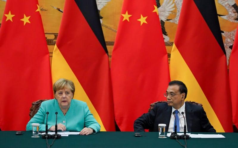 ドイツは中国をけん制するが、対中包囲網に加わりたいとは思っていない(2019年に訪中したメルケル独首相(左)と中国の李克強首相)=ロイター