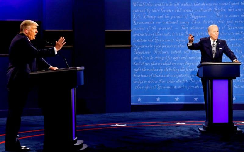 米大統領選の討論会でバイデン前副大統領(右)はトランプ大統領の対北朝鮮政策にも批判の矛先を向けた(9月29日、米オハイオ州)=ロイター