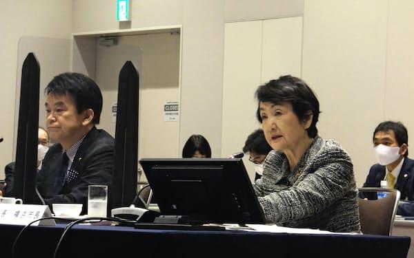 林文子会長(右)は「(大都市制度への)社会関心も高まってきている」と訴えた(5日、横浜市内)
