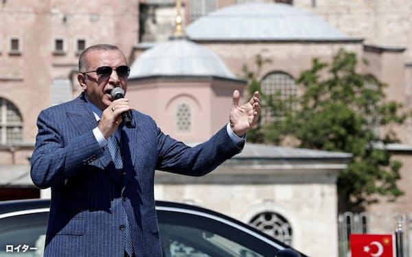 エルドアン大統領の強硬外交が目立つ(8月、イスタンブール)=ロイター