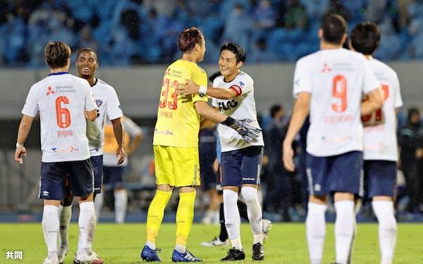 YBCルヴァン・カップ準決勝で川崎を破り、GK林と喜ぶ渡辺らFC東京イレブン。過酷な日程との戦いも強いられている=共同