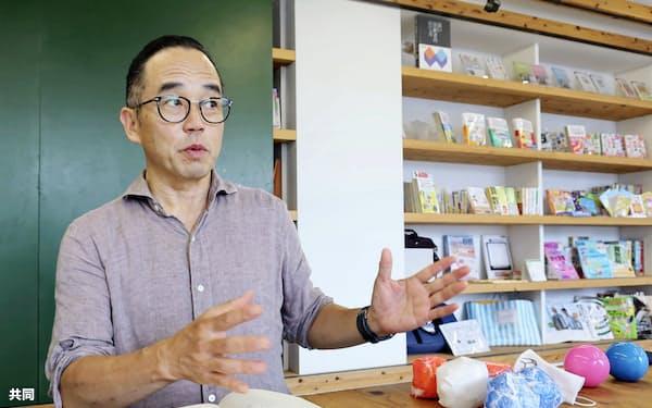 インタビューに答える「花まる学習会」の高浜正伸代表=共同