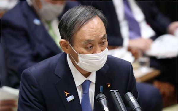 参院予算委で答弁する菅首相(6日午前)
