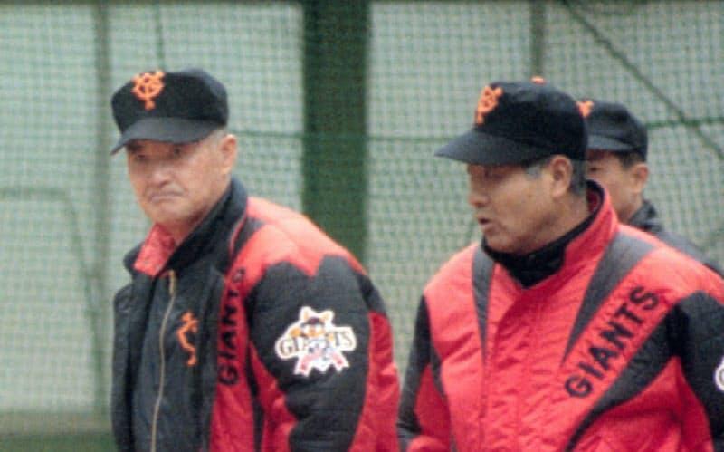 武上コーチ(右)との時間はかけがえのないものだった。写真は1998年キャンプで、長嶋監督(中央)と桑田投手の練習を見守る同コーチ=共同