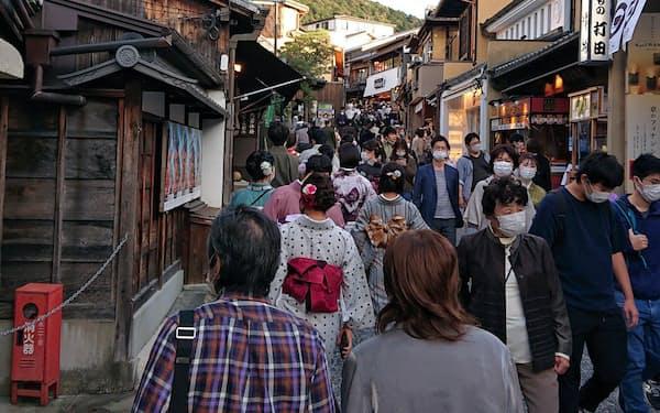 10月下旬、清水寺前の通りは多くの観光客でにぎわっていた