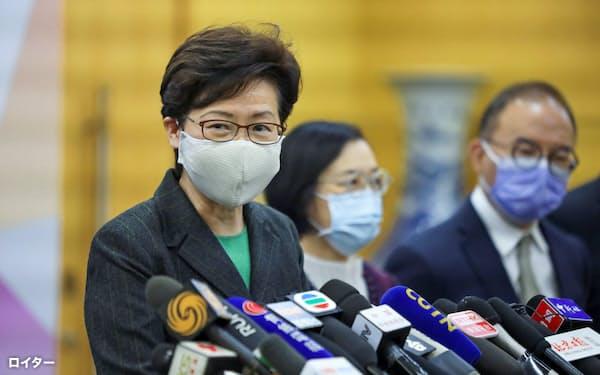 記者会見する香港の林鄭月娥・行政長官(6日、北京)=ロイター