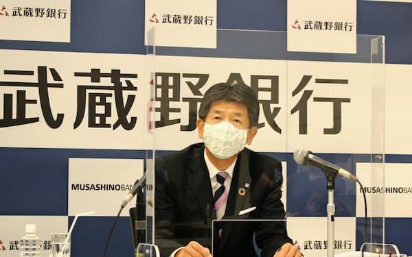 決算を発表する武蔵野銀行の長堀頭取(6日、さいたま市大宮区)