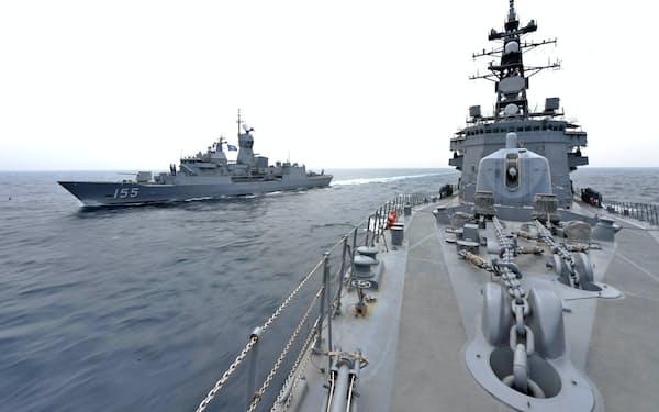 日米豪印4カ国の共同訓練に臨む豪州のフリゲート艦(左)と自衛隊の護衛艦「おおなみ」(海上自衛隊提供)