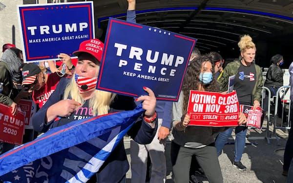 集計停止を求めるトランプ支持者(5日、米ペンシルベニア州フィラデルフィア)
