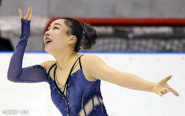 女子SP 演技する樋口新葉(6日、小瀬スポーツ公園アイスアリーナ)=代表撮影・共同