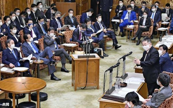 参院予算委で共産党の小池書記局長(右手前から3人目)の質問を聞く菅首相(左端)=6日午後