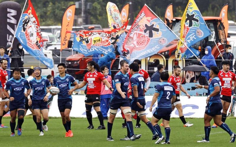 釜石鵜住居復興スタジアムでラグビーW杯開催1年を記念し行われた、釜石シーウェイブスとトップリーグのクボタの試合=共同