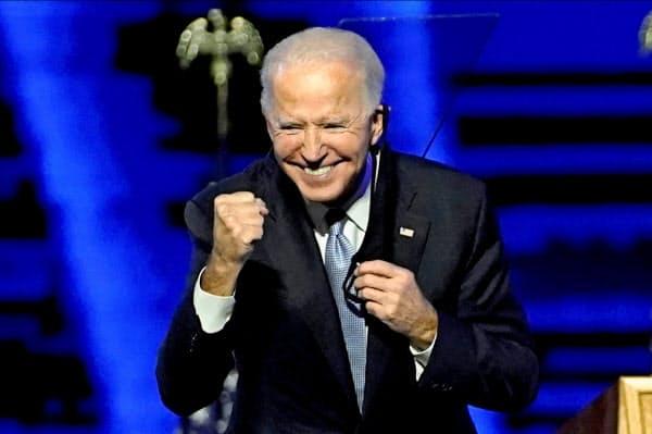7日、デラウェア州ウィルミントンで勝利演説後に笑顔を見せるバイデン氏=ロイター
