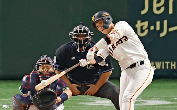 プロ野球ヤクルト戦の1回、巨人の坂本勇人内野手が左翼線二塁打を放ち、史上53人目の通算2000安打を達成(8日、東京ドーム)=共同