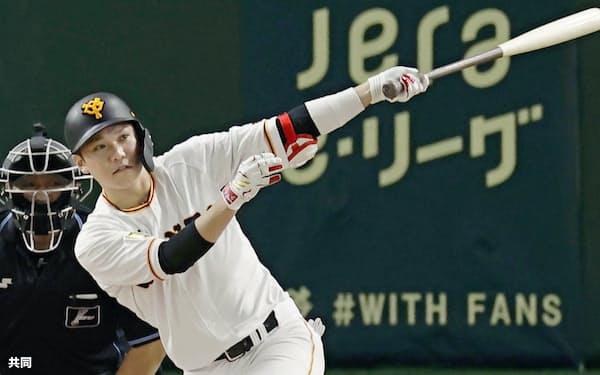 1回巨人2死、坂本が左翼線二塁打を放ち、通算2千安打を達成=共同