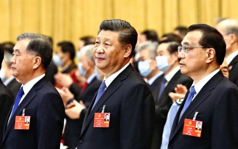 中国全人代の全体会議に臨む習近平国家主席(左から4人目)と李克強首相(同5人目)ら指導部=5月25日、北京の人民大会堂(共同)