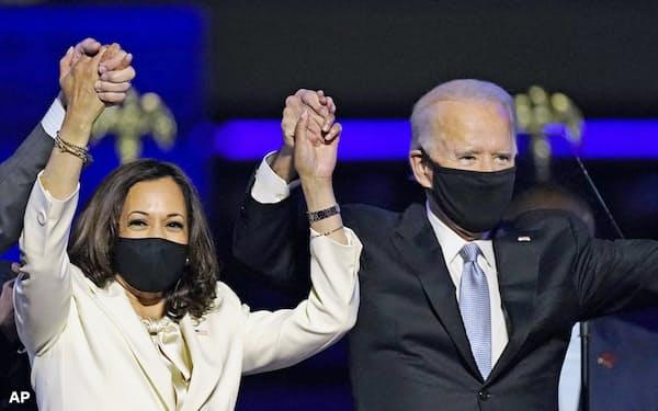 7日、米デラウェア州ウィルミントンで勝利宣言した民主党のバイデン前副大統領(右)とハリス上院議員(AP=共同)