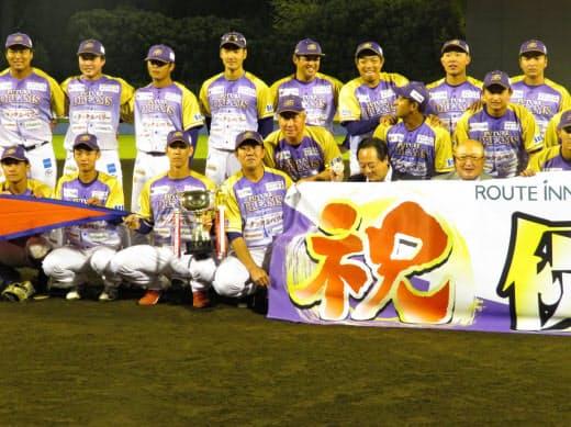 参入1年目で優勝した神奈川フューチャードリームス(前列左から4人目が鈴木監督、前列右端が山下ゼネラルマネジャー)