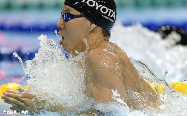 男子200メートル平泳ぎ決勝 2分8秒69の大会新記録で優勝した渡辺一平(8日、和歌山市秋葉山公園県民水泳場)=代表撮影・共同