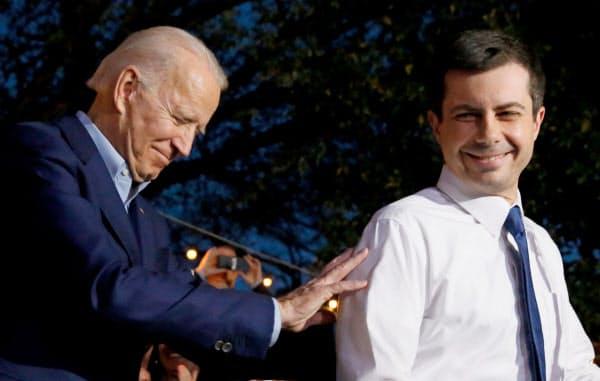 バイデン氏の選挙集会に駆けつけたブティジェッジ氏(右)(20年3月、テキサス州)=ロイター