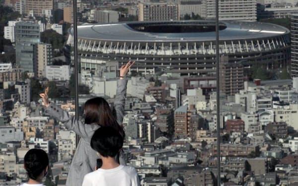 国立競技場をバックにした記念撮影が若者らに人気(東京都渋谷区の渋谷スカイ)