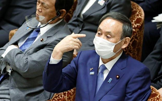 衆院予算委に出席する菅首相(2日午後)=共同