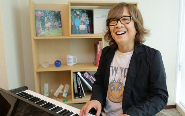 社内でピアノを弾く井上氏