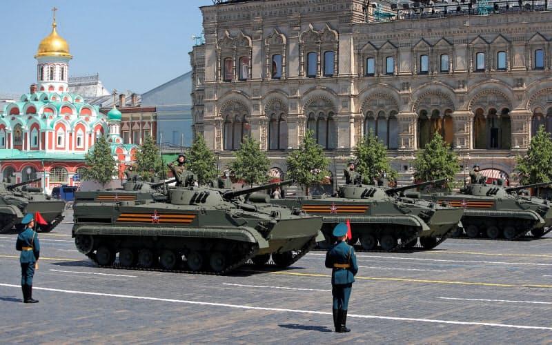 ロシア軍は多額の資金を投じて軍備を増強させている(6月にモスクワで開いた軍事パレード)=ロイター
